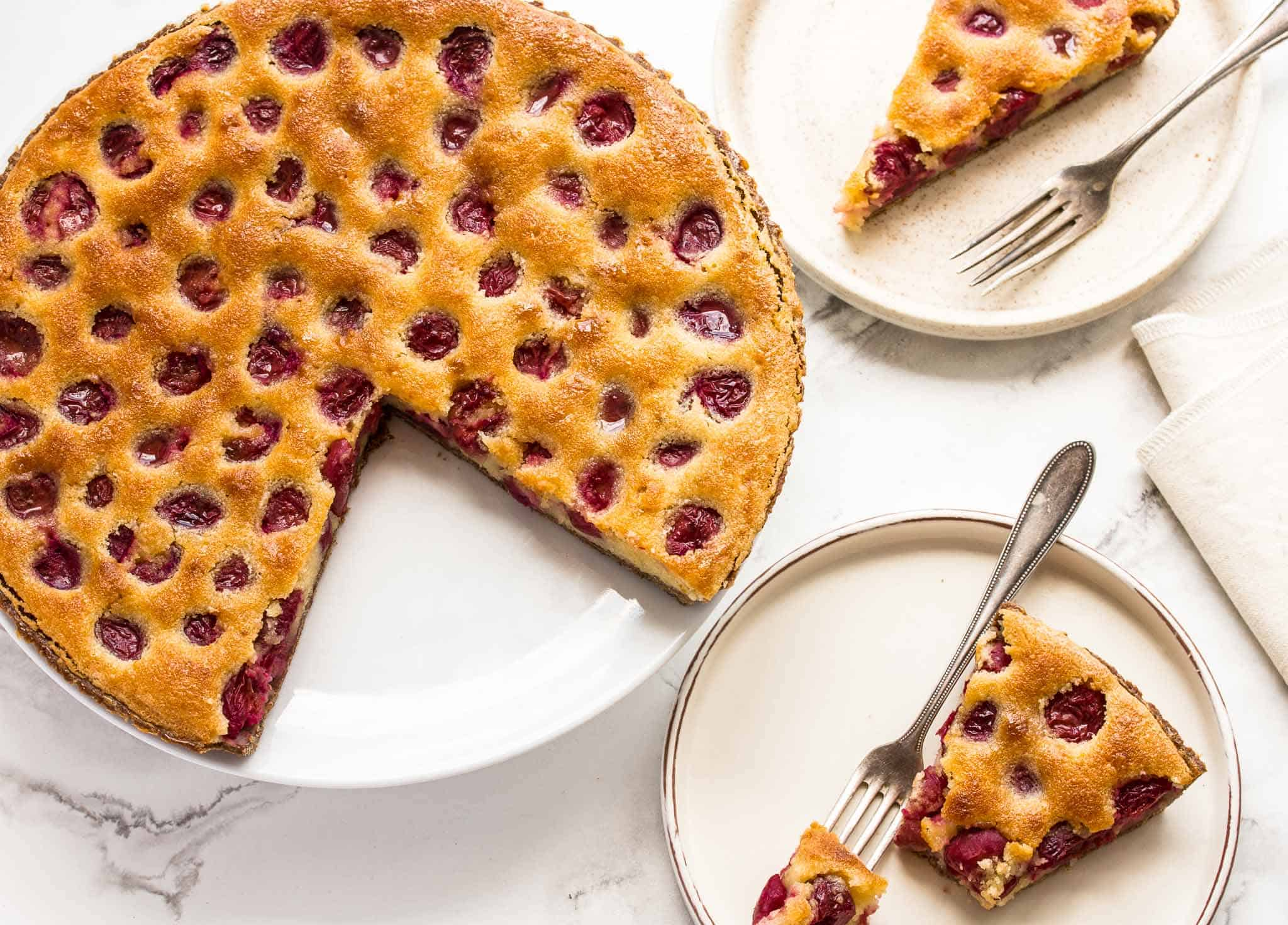 How to bake a cherry pie beter than your granny ever could. Almondy, sweet, crispy yet delicate crust, sweet tart cherry bonanza time