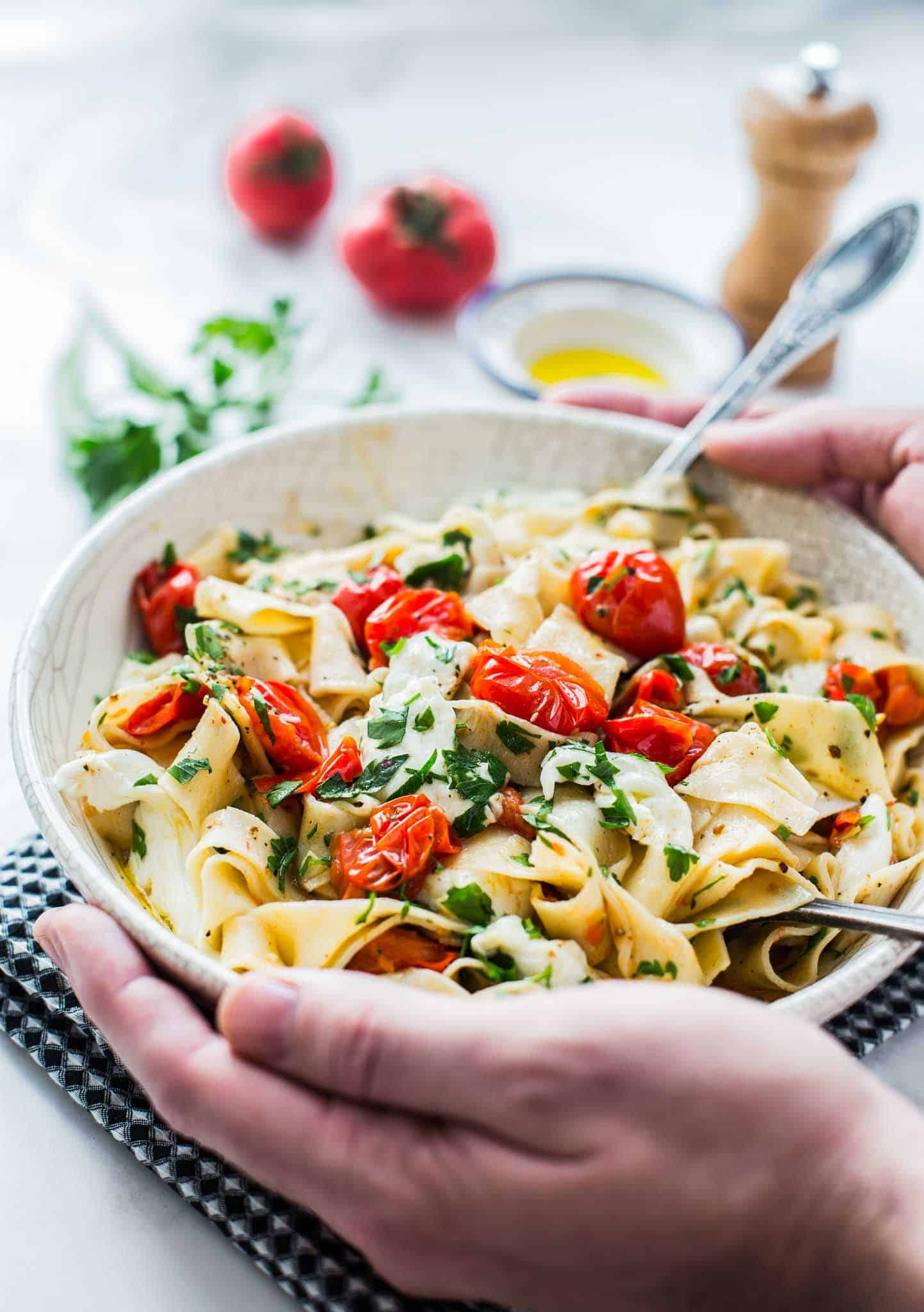 Perfect burst tomato pasta with fresh mozzarella and parsley. The perfect summer lunch or dinner prepared in 14 minutes.
